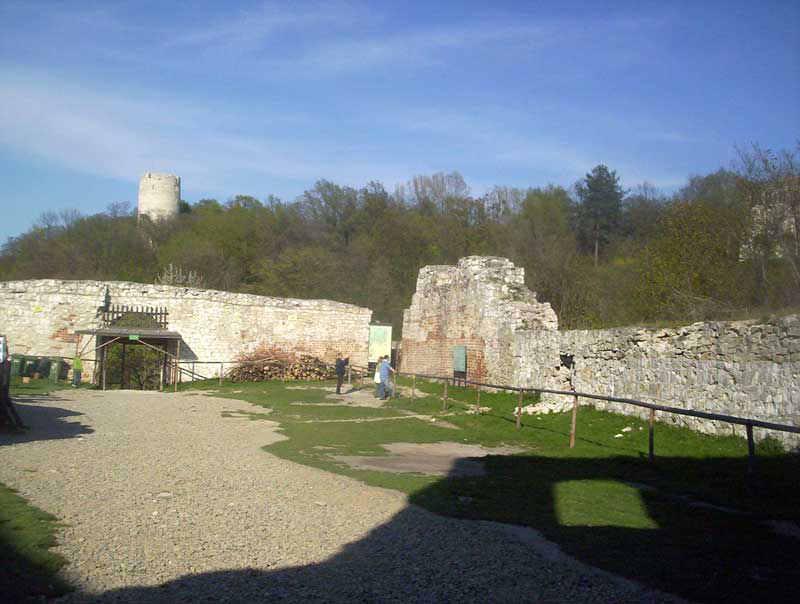 W tle Baszta i Zamek
