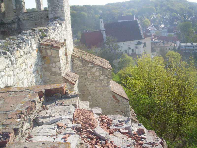 Zamek - po prawej stronie ko�ci� farny