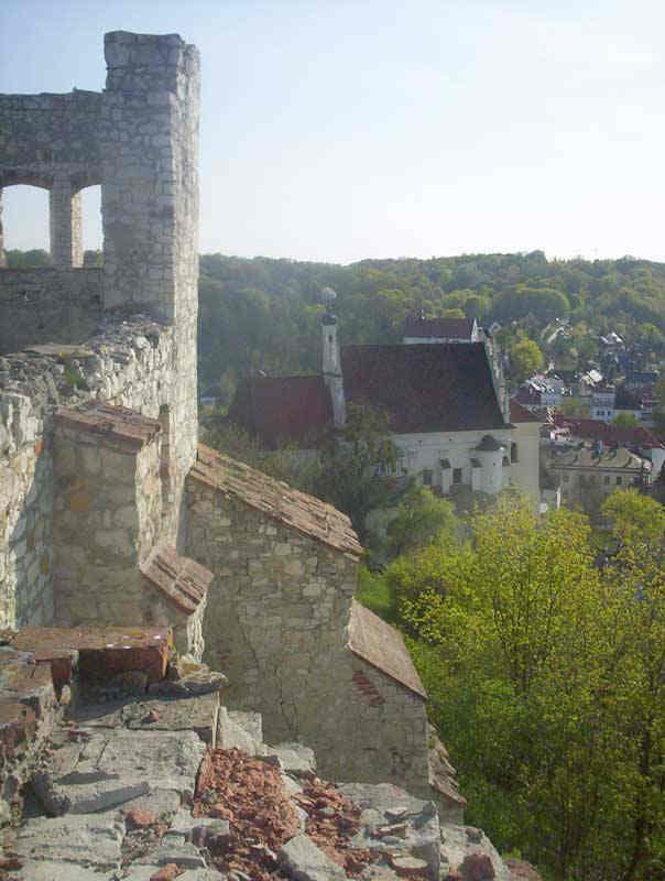 Zamek - po prawej stronie kościół farny